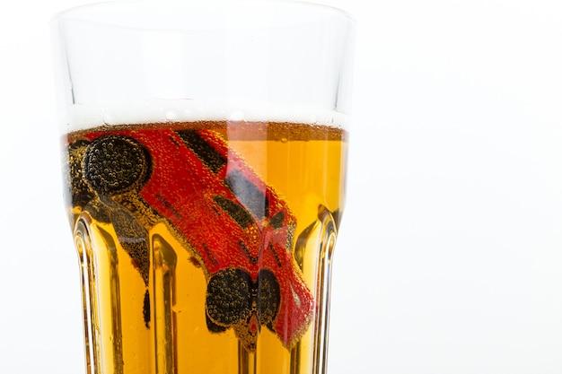 Bild eines unfalls unter alkoholeinfluss in einem kleinen glas