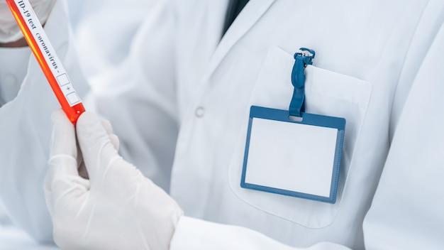 Bild eines wissenschaftlers, der eine röhre mit einem test betrachtet
