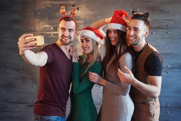 Bild mit einer gruppe von freunden, die neujahr feiern