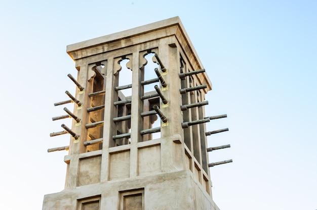 Bild von alten windtürmen in dubai
