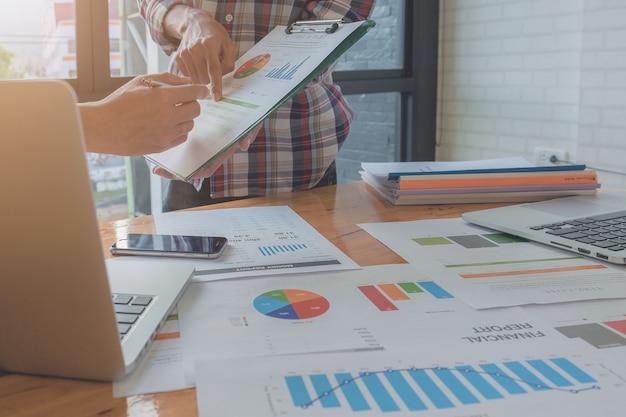 Bild von business-mann hand zeigt auf business-dokument auf tablet-bildschirm während der diskussion bei treffen. gruppenunterstützungskonzept