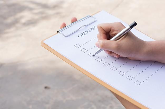 Bild von businessfemale checkliste am schreibtisch vorbereitend