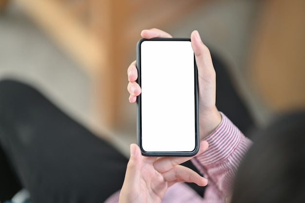 Bild von den händen, die schwarzen handy mit leerem bildschirm halten