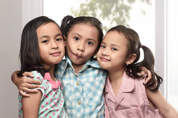 Bild von den lustigen asiatischen kindern, die auf dem wohnzimmer spielen