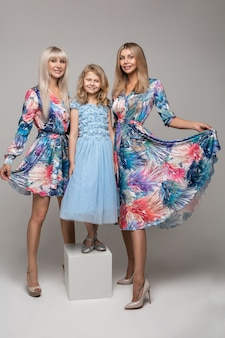 Bild von drei weiblichen posen für die kamera im studio, die familie haben viel spaß zusammen