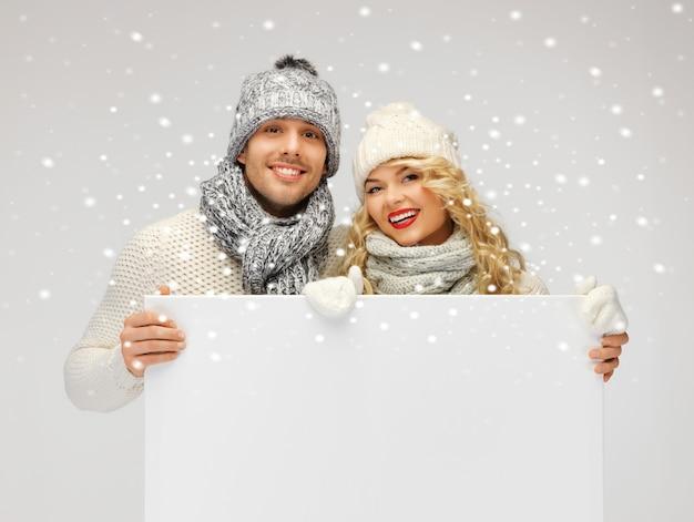 Bild von familienpaaren in winterkleidung mit leerem brett