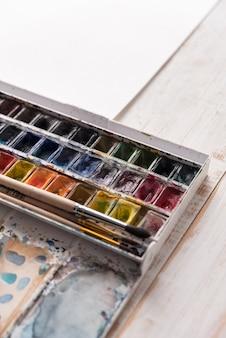 Bild von farbeimern und bürsten lokalisiert