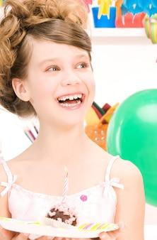 Bild von fröhlichem partygirl mit kuchen