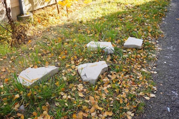 Bild von gebrochenem beton auf grasigem boden