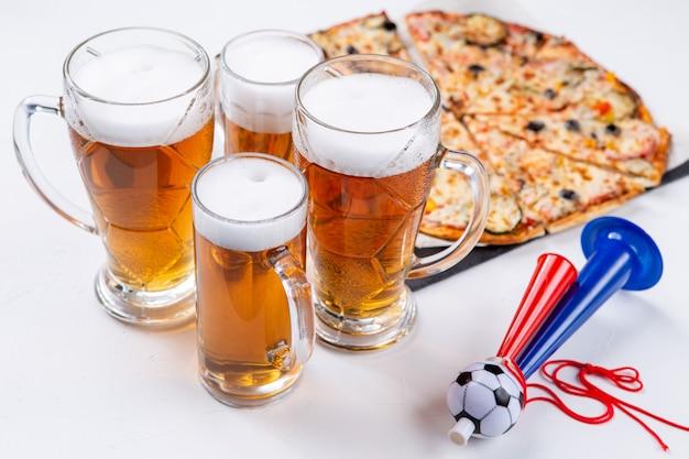 Bild von gläsern mit schaumbier, pizza, pfeifen auf leerem weißem hintergrund