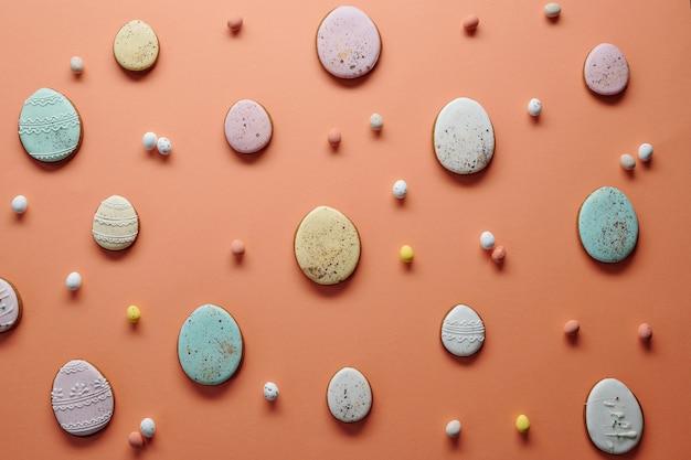 Bild von hausgemachten keksen in form von eiern, die sich auf die osterferien vorbereiten