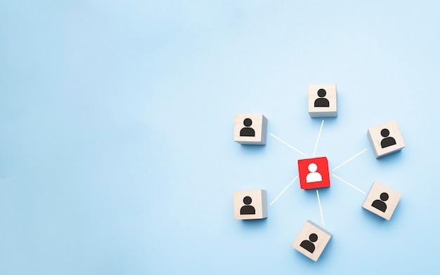 Bild von holzblöcken mit menschensymbol über minztisch, aufbau eines starken teams, personal- und managementkonzepts - image