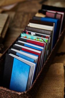 Bild von kleinen bunten büchern, die ordentlich in einem korb angeordnet sind