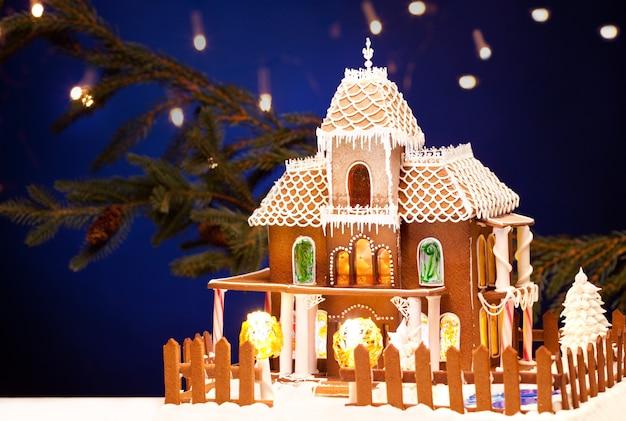 Bild von lebkuchenhaus über weihnachtshintergrund