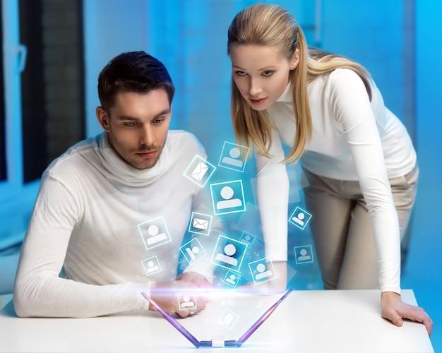 Bild von mann und frau, die mit virtuellem bildschirm arbeiten