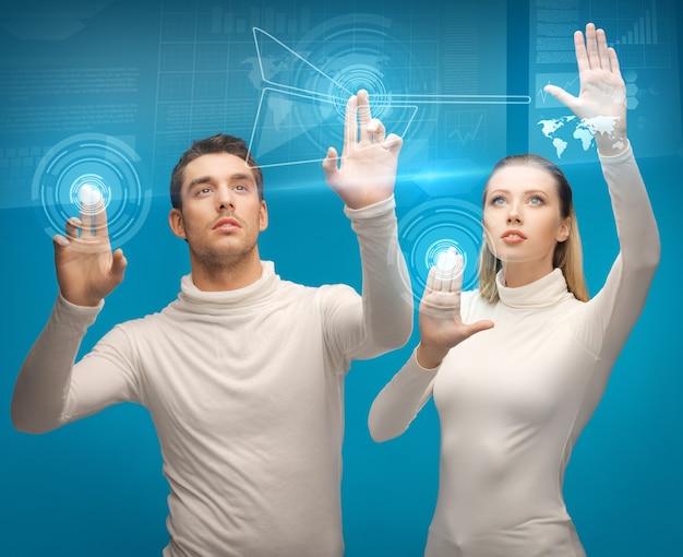 Bild von mann und frau, die mit virtuellen bildschirmen arbeiten