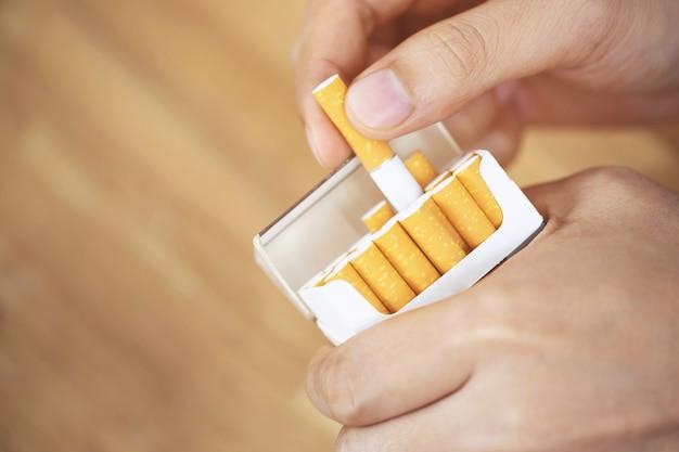 Bild von mehreren kommerziell hergestellten zigaretten. stapel zigarette auf holz stapeln. oder nichtraucherkampagnenkonzept, tabak