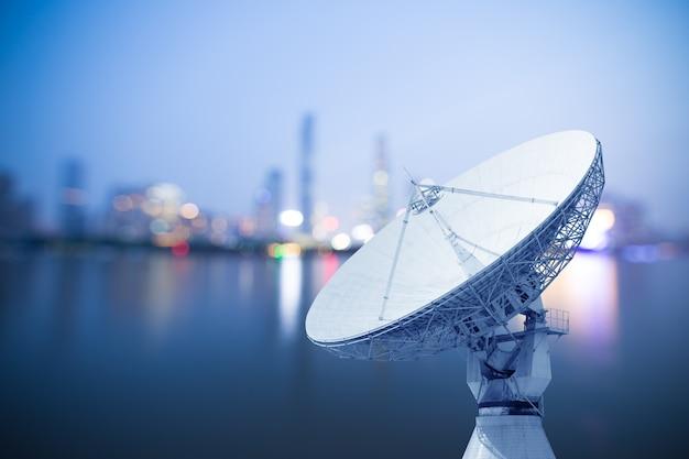 Bild von parabolischen satellitenschüssel-raumfahrttechnikempfängern