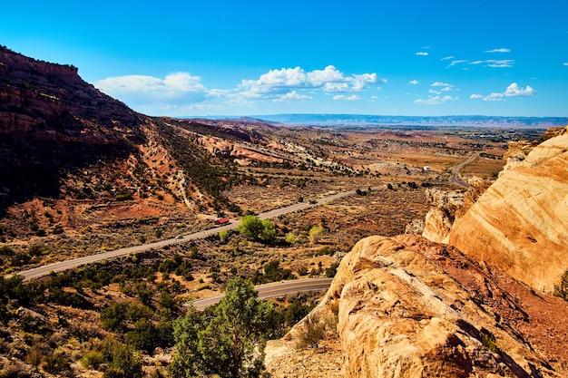 Bild von straßen, die durch wüstenberge mit blauem himmel schnitzen?