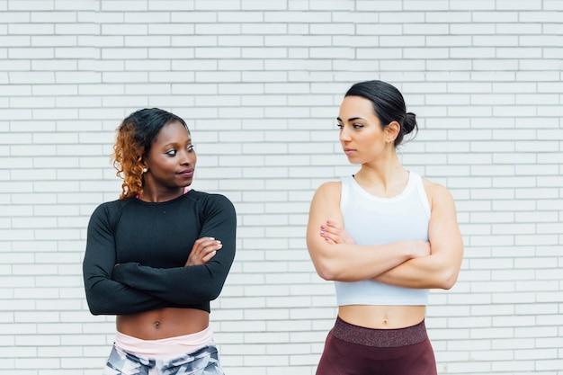 Bild von zwei athletischen frauen. die linke stammt von einer jungen schwarzen frau.