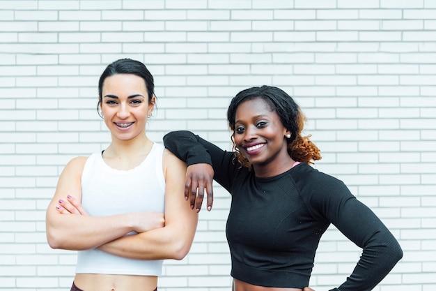 Bild von zwei athletischen frauen. die rechte stammt von einer jungen schwarzen frau.