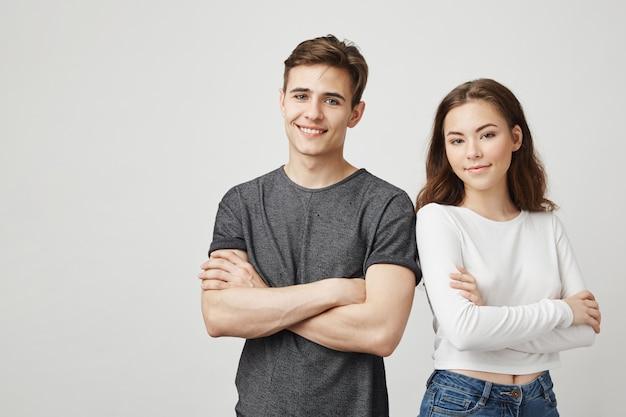 Bild von zwei freunden, die nebeneinander stehen.