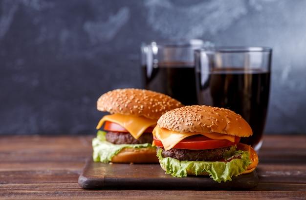 Bild von zwei frischen hamburgern und von zwei gläsern saft