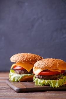 Bild von zwei hamburgern auf holztisch