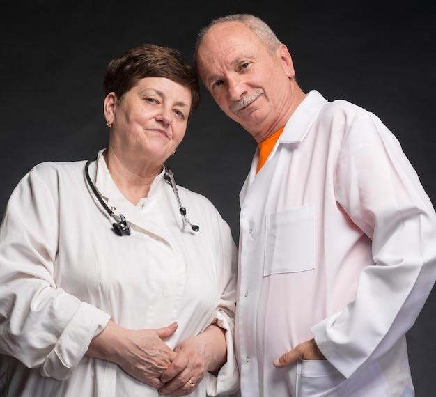 Bild von zwei leitenden ärzten
