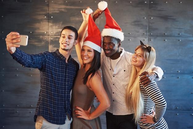 Bild zeigt gruppe von multiethnischen freunden, die neujahr feiern