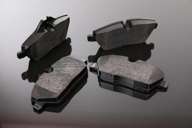 Bildaufnahme von bremsbelägen auf schwarz-grauem hintergrund