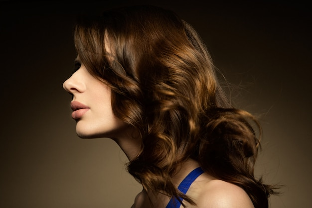 Bilden. glamourporträt des schönen frauenmodells mit frischem make-up und romantischer frisur.