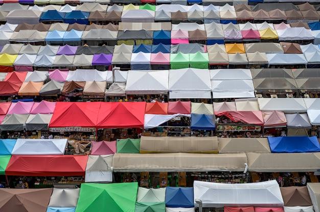 Bilden sie sehr berühmtes einkaufsstraßenlebensmittel nachtmarkt ratchada (talad rot fai) in bangkok, thailand aus