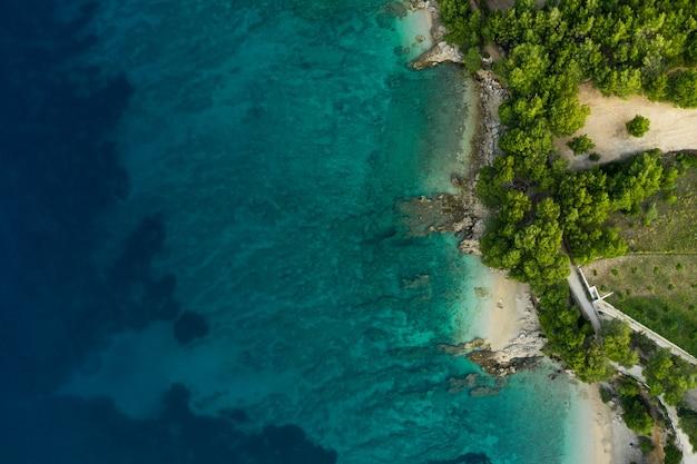 Bilder vom strandurlaub. drohnenansichten von strand, meer, meer, küste in montenegro. schöne antenne des adriatischen meeres. ansicht von oben von oben.