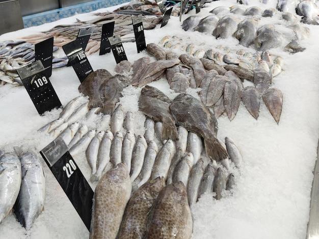 Bilder von frischen lebensmitteln und meeresfrüchten in einem supermarkt