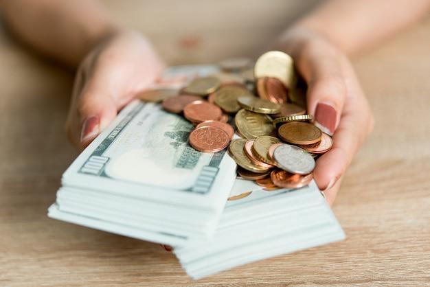 Bilder von händen und geld von geschäftsleuten auf dem schreibtisch. ideen mit textfreiraum speichern.