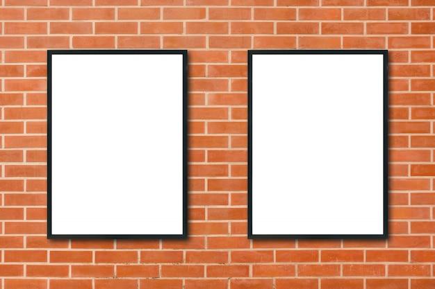Bilderrahmen, der an der roten backsteinmauer hängt