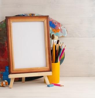 Bilderrahmen und farben auf holzuntergrund