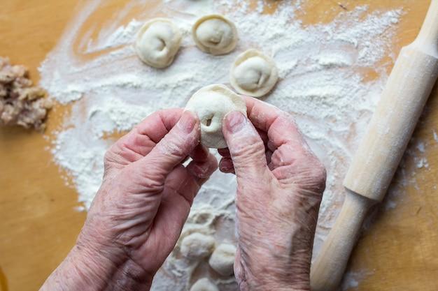 Bildhauerei von traditionellen russischen fleischknödeln mit hackfleisch