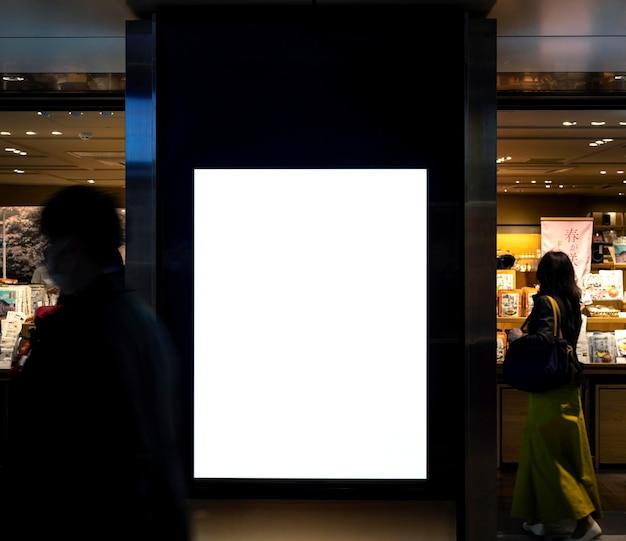 Bildschirm des japanischen u-bahn-systems für fahrgastinformationen