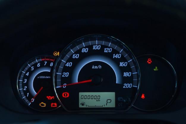 Bildschirmanzeige der warnleuchte für den fahrzeugstatus auf den symbolen des armaturenbretts, die die fehleranzeigen anzeigen