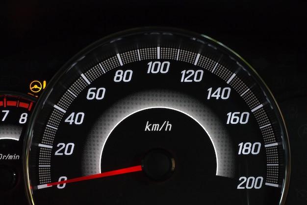 Bildschirmanzeige der warnleuchte für den fahrzeugstatus auf den symbolen des armaturenbretts
