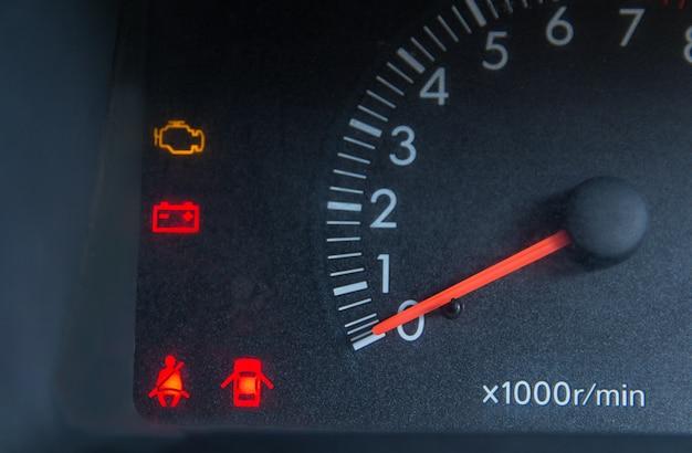 Bildschirmanzeige der warnleuchte für den fahrzeugstatus auf symbolen der instrumententafel