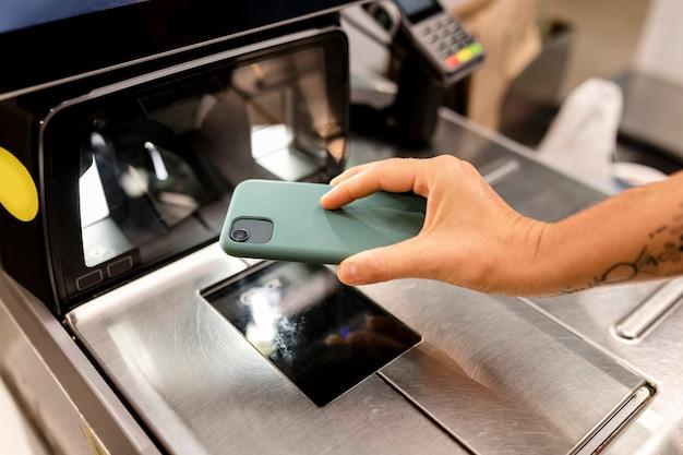 Bildschirmbild der self-checkout-kasse, kontaktloses bezahlen