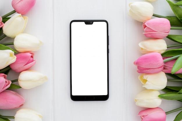Bildschirmtelefon bereit zum spott mit tulpenblumen