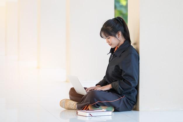 Bildung, die das studieren des konzeptes lernt: attraktives glückliches asiatisches junges mädchen genießen, wi zu suchen