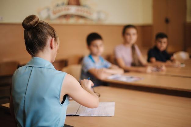 Bildung, grundschule. lern- und personenkonzept - gruppe von schulkindern mit stiften und