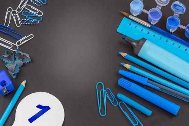 Bildung oder zurück in die schule. blauer schulbedarf auf tafel mit copyspace.