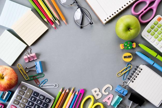 Bildung oder zurück zu schule auf grauem hintergrund