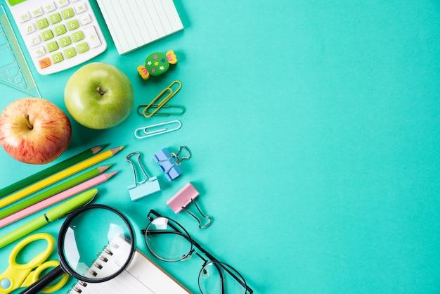 Bildung oder zurück zu schulkonzept auf grünem pastell.